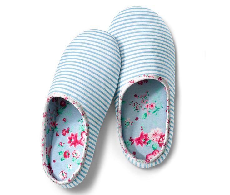 199 Kč Měkce polstrované a příjemné na nošení  Super pohodlné a přitom neobyčejně hezké jsou tyhle papuče. Měkce polstrovaná stélka s romantickým květinovým potiskem zajišťuje vysoký komfort.