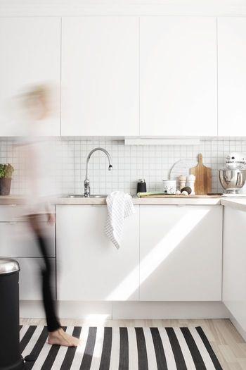 お部屋のモダンなアクセントに。白と黒の<ストライプ>を取り入れよう ... キッチンマットにストライプ。 キッチン周りもオシャレに演出したいときに、ぜひ