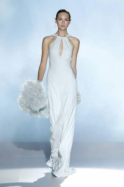A maciez da seda, o requinte das plumas e a doçura das cores candy... Um vestido de noiva que apetece levar para todo o lado. By Rosa Clará 2013.