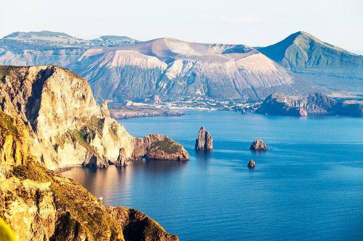 | #Lipari | Pietra Lunga, Pietra Menalda (i due Faraglioni) e isola di #Vulcano |  Le #Eolie in esclusiva #Volamondo: http://www.volamondo.it/offerte/compra?id=31