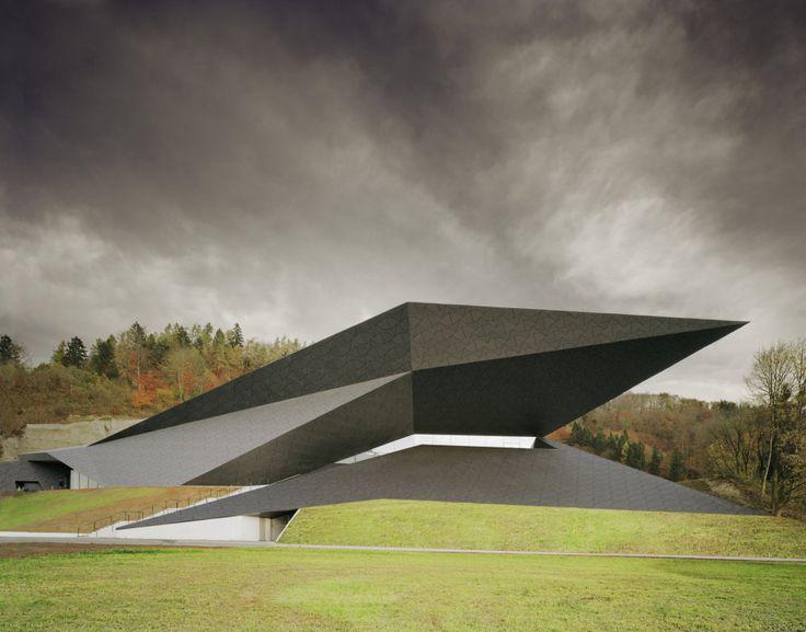Pozdrav horám. Špičatý koncertní sál rozpíná křídla uprostřed Tyrolských Alp http://life.ihned.cz/c3-62538390-030000_d-62538390