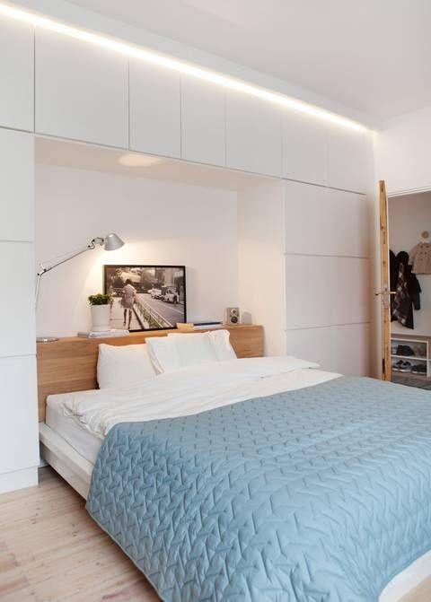 FUNKSJONELT: Skapene på soverommet er de samme som på kjøkkenet, skreddersydd for å utnytte plassen maksimalt. Skapene er fra Kvik, lampen Tolomeo er fra Artemide. Sengen og sengegjerdet har paret laget av en rammemadrass fra Ikea og eikeplater.