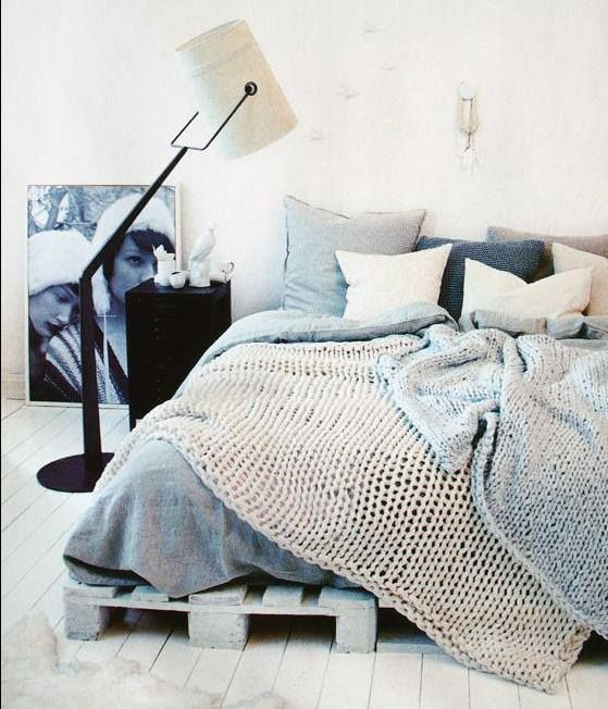 absolutely amazing bedroom, love the colours, love the knitted quilt :) my plan for long winter evenings ;)