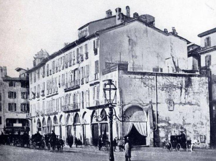 Piazza Duomo, il Coperto dei Figini, poco prima che i lavori per l'ampliamento della piazza e per la costruzione della Galleria ne decretassero l'abbattimento, nel 1864.