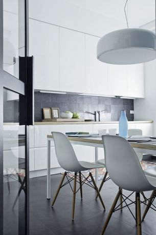 MarieClaire Maison Ita - In cucina, la zona lavoro con il bancone. Tavolo DePadova e sedie DSW degli Eames per Vitra con la sospensione Smithfield di Jasper Morrison per Flos.