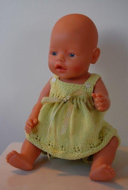 Dukken har fått lysegrønt sommerantrekk.  Strikket i Mandarin Petit. Rutete sløyfebånd passer til.  Har strikket samme modell i rødt også so...