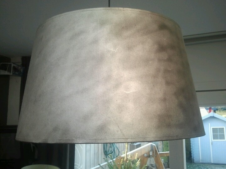 Oude lampenkap bij de kringloop grof bespoten met zilver verf.