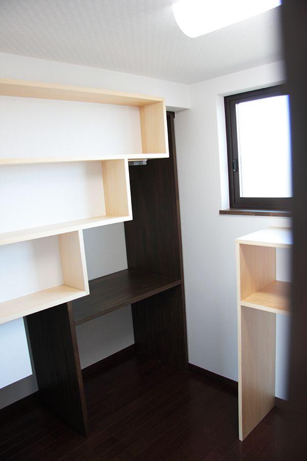 収納 | 有限会社佐藤工務店 水沢区 稲荷田の家ウォークインクローゼット左は階段下収納に有効利用