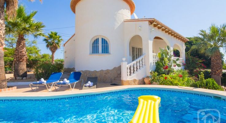 Luxe villa met zwembad in Calpe, Costa Blanca Villa Camelia is een 6 persoons villa, heeft 3 slaapkamers en 2 badkamers