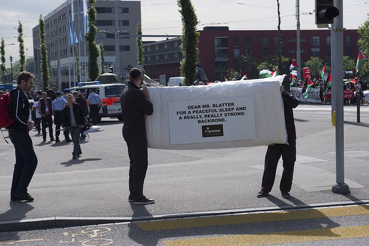 """Ambient action set in scene at the FIFA congress in Zürich on friday 29th 2015. we pulled out all the stops to hand over a mattress by the highly profiled company Riposa. """"Dear Mr Blatter, for a peaceful sleep and a really, really strong backbone."""""""