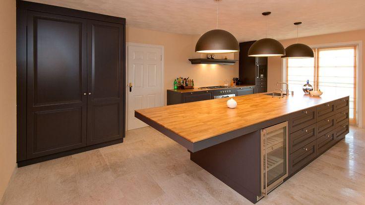 Prachtige, strakke moderne keuken. geheel met bijzondere grote kast. Bijzonder ruim en geheel op maat gemaakt naar de wensen van onze klant.
