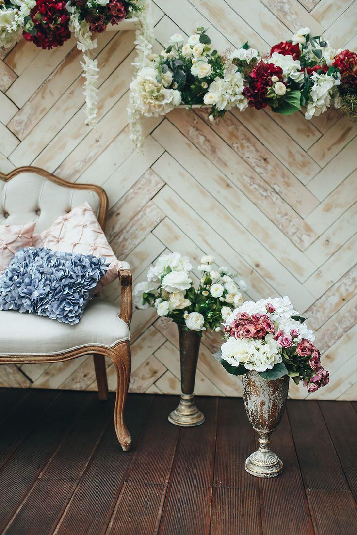weddding, wedding photozone, decor, flowers, фотозона, свадебная фотозона, оформление фотозоны цветами, цветочная гирлянда, цветы, свадебные цветы, свадебная флористика, вазы, винтажные вазы, диван