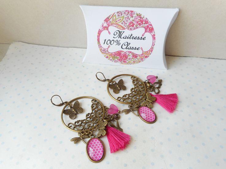 """Boucles d'oreilles dormeuses cabochon verre + boite cadeau """"maitresse 100% classe""""fushia pois, bronze, pompon, breloques papillon, : Boucles d'oreille par miss-coopecoll"""