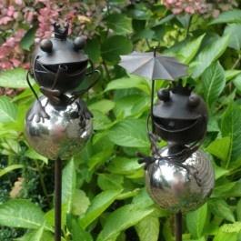 Leuke set van twee metalen tuinstekers met een zilverkleurige bal en een kikker erop. Tuindecoraties en tuinaccessoires eenvoudig bestellen in onze webshop met een Mooi Landelijk tintje
