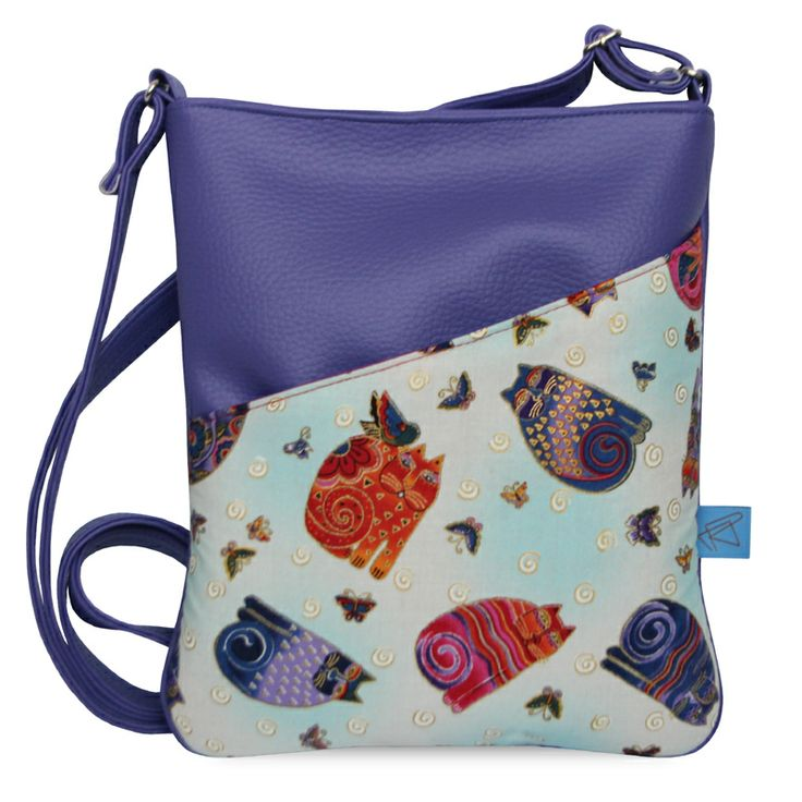 kočky Stylová kabelka. Zhotovena z vysoce kvalitní fialové koženky.. ..s nastavitelným popruhem přes rameno.. ..na předním díle praktická kapsa na magnetek.. ..taška se zapíná taktéž pomocí magnetku.. ..uvnitř fialová nylonová podšívka.. ..celá vypodšívkována vatelínem.. ..taštička pojme formát A5 či iPad mini..   ROZMĚRY: šířka: 21cm výška: 25cm délka ...