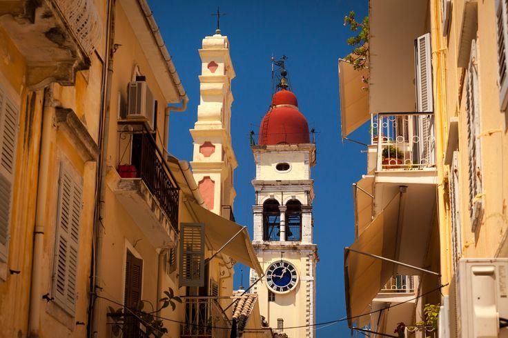 Kerkyra, famosa anche come l' isola dei Feaci, oppure Corfu`, nome derivato durante il Medioevo, si trova nel Mar Ionio, ed e` la seconda isola piu` grande nel complesso delle isole Ionie. E` una delle piu` belle e popolose isole della Grecia che trasmette un senso di nobilta`, con influenze provenienti dall' Occidente ma anche dall' Oriente, con ricca tradizione e storia, ed e` nota per i suoi costumi locali e la spettacolare celebrazione della Pasqua…
