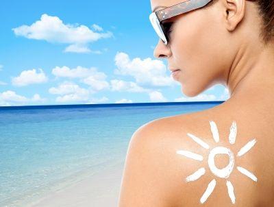Három okot is fel tudok sorolni válaszként:Egészségesebb külsőA sápadt bőrszín alapján mindenki a betegségre asszociál. Éppen ezért próbálunk meg egy kis színt felszedni magunkra, hogy egészségesebbnek tűnjünk.