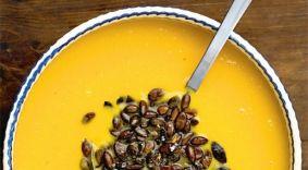 Claus Meyer : Pumpkin soup - Græskarsuppe til 10 pers.: Suppen: 1½ kilo skrællet og udkernet græskar (Hokkaido-squash er bedst og lettest at få fat på), 800 gram fintsnittet løg, 3 fed hvidløg, 1 dl. olivenolie til sautering, 1 liter vand, Havsalt, Peber , Sukker ,½ liter græsk yoghurt, Citronsaft, Sprøde græskarkerner: friske, rensede græskarkerner, Olivenolie Havsalt