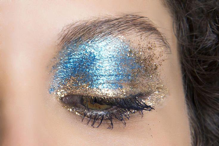 Oro e azzurro cangiante, il duo ombretti perfetto per chi ha gli occhi marroni o verdi. Il tip in più: non stendere l'ombretto in modo preciso.