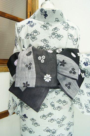大胆なよろけ縞と、水玉のようにぽんぽんと浮かび上がる砂糖菓子のようなお花模様がレトロモダンな半幅帯です。 #kimono