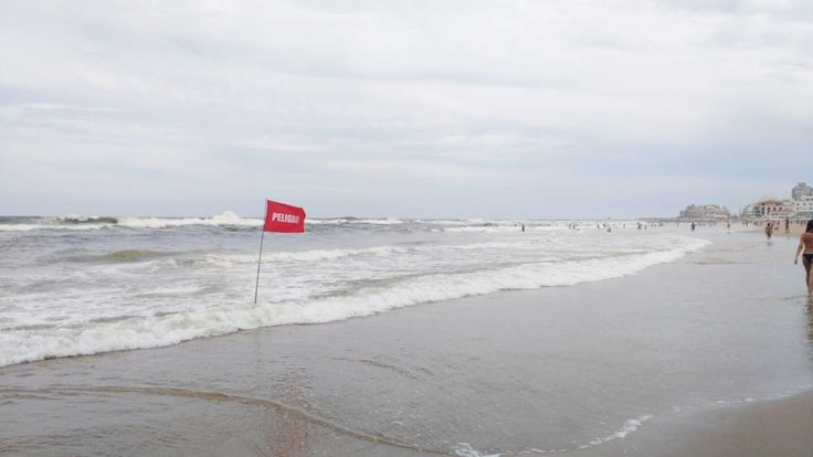 Bandera roja en la Playa Brava