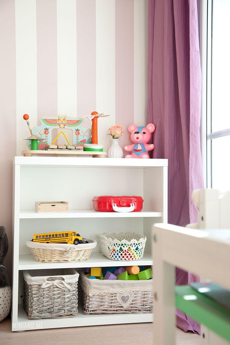 Einen Hauch Montessori in den Familienalltag und in die kindlichen vier Wände zu bringen, ist weder schwer, noch muss es teuer sein. Ich habe für euch fünf wichtige Punkte niedergeschrieben, die nach der Lehre Maria Montessori und zur Förderung der Selbständigkeit eurer Kinder beachtet werden sollten. 5 Montessori Basics fürs Kinderzimmer Kürzlich haben wir das Zimmer unserer Tochter weiter aus- und umgeräumt. So schnell sammelt sich so vieles an, das man eigentlich gar nicht braucht…