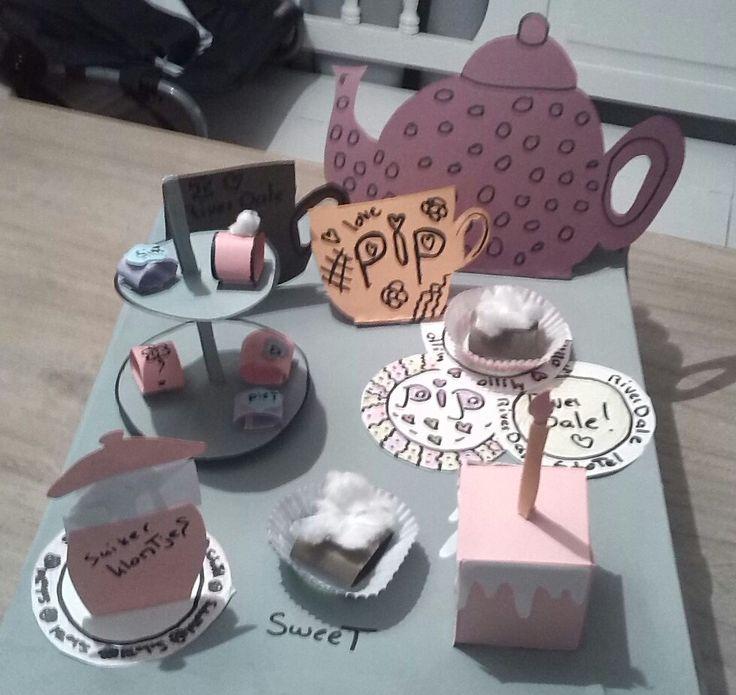 surprise sinterklaas gebakjes kopje thee en Etagère met chocolade