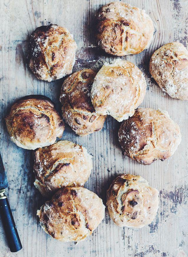 Jeg er netop lige kommet hjem fra Go'morgen Danmark, hvor jeg lavede verdens nemmeste morgenboller. Jeg lavede to forskellige varianter – almindelige hvedeboller og glutenfrie paleoboller med nødder og kerner. Jeg synes helt sikkert I skal kaste jer over dem i dag, for så kan I få friskbagt brød i morgen :-) { Glutenfrie nødde/kerner …