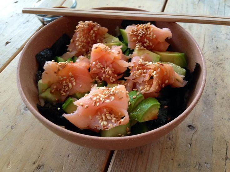 Vorig weekend was ik alleen thuis en had ik ontzettend zin in sushi. Sushi zelf maken had ik nog nooit gedaan en leek me ook te veel werk. Ik maakte daarom sushi in a bowl. Ik had dit gerecht al o...