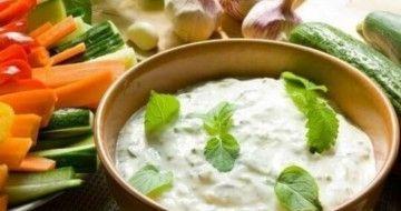7 rețete de sosuri pe bază de iaurt – ușor de preparat și sărace în calorii
