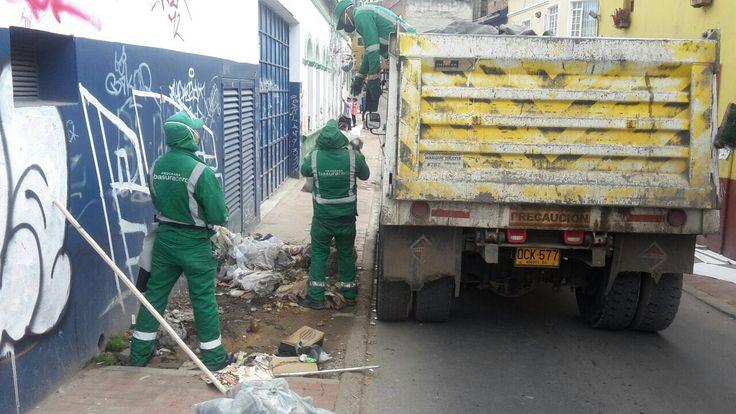 Jornada especial de limpieza y embellecimiento #ViveElCentro en el Eje Ambiental de Bogotá