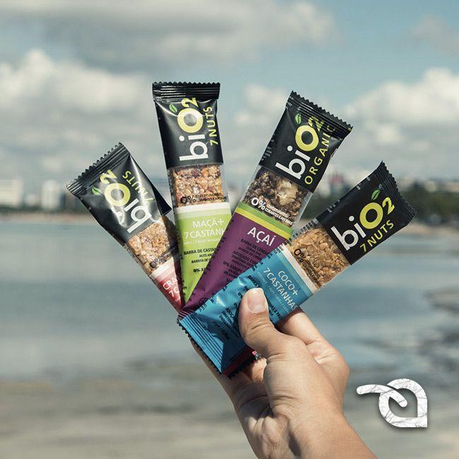As barras Bio2 7 Nuts são compostas por oleaginosas e sementes, que são excelentes fontes de gorduras insaturadas, que contribuem para a redução do colesterol ruim. Uma barrinha dessas agora cairía bem, hein? Sempre tenha uma barrinha na bolsa pra quando a fome aperta!