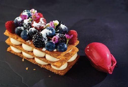 Mille feuille Executive Chef Alexandru Iacob.  Bucăți crocante de foetaj făcut în casă, cremă de vanilie cu păstai de vanilie de Madagascar, fructe de pădure proaspete, toate asociate cu o înghețată foarte cremoasă de sfeclă roșie, de asemenea, făcută în casă.  http://www.domeniulmanasia.ro/restaurant