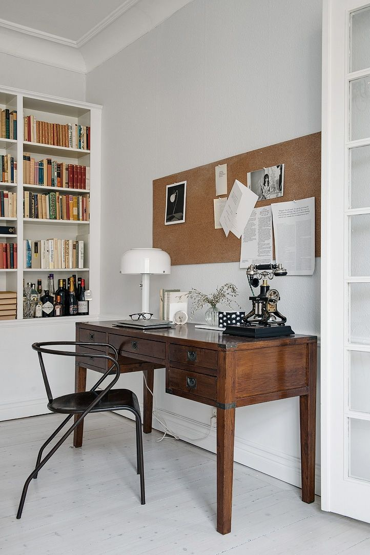Ljusgråa väggar, bröstpanel & stuckatur. Grey's with dark wooden desk and black metal chair
