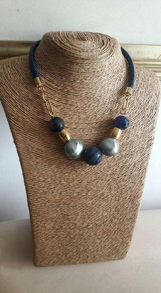 Cuero sintetico azul, perlas y piedras naturales.