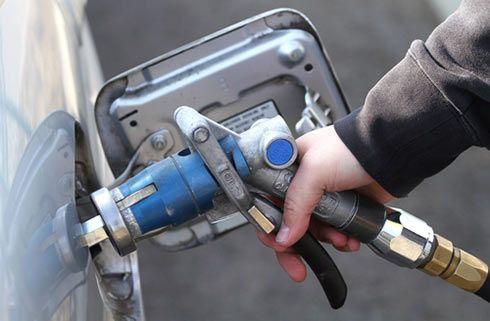 człowiek tankujący gaz LPG do samochodu