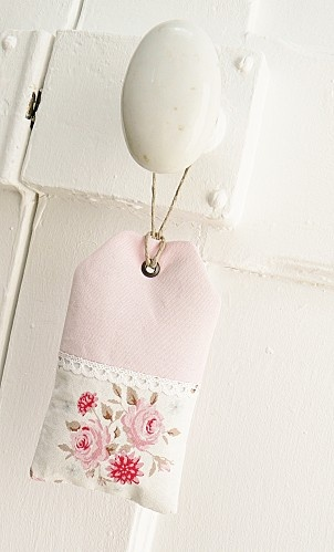Confeccionar um sachê bem cheiroso para colocar nas portas de casa...