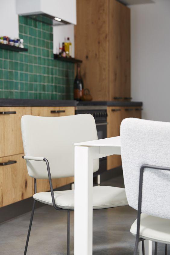 De #BertPlantagie Kiko #eetkamerstoel is een nieuw en luchtig #design. De stoel verkrijgt haar stevigheid door het massieve frame, dat verkrijgbaar is met of zonder armleuning. Het rug- en zitgedeelte is licht gebogen voor een goed zitcomfort. De bekleding is rijkelijk, waardoor de #stoel veel zachter zit dan het oog doet lijken. #GilsingWonen #wooninspiratie