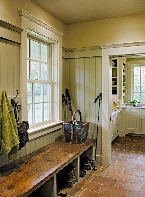 j'aime le banc en bois, le vert sur le mur de lambris et le blanc sur la fenêtre.