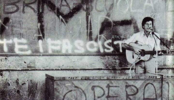 Леонард Коэн играет для рабочих и студентов, оккупировавших Римский Университет, 1974