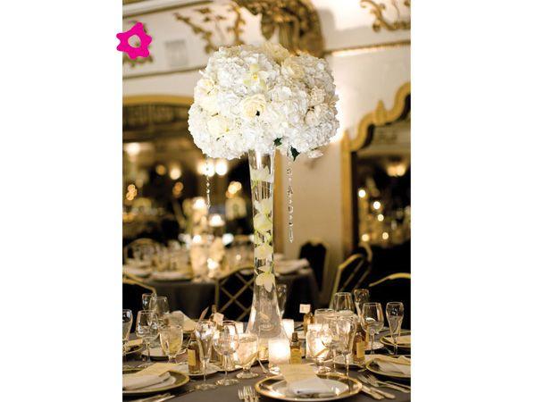 Si están organizando una boda de noche una gran idea es darle un look muy chic, moderno y elegante a la decoración de la boda con unos centros de mesa de boda con cristales.