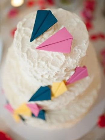 Paper planes adorn this adorable cake {Cakebee}