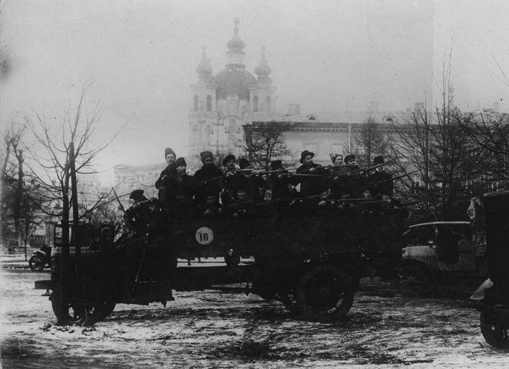 Desprendimiento de los Guardias Rojos en Smolny, el 25 de octubre de 1917, Petrogrado.  Guardia Roja - Las fuerzas armadas voluntarias, crear organizaciones del Partido territoriales del POSDR (b) para la puesta en práctica de la revolución de 1917 en Rusia, la principal forma de organización militar de los bolcheviques durante la preparación y ejecución de la revolución de octubre y los primeros meses de la Guerra Civil.  Ahora San Petersburgo.