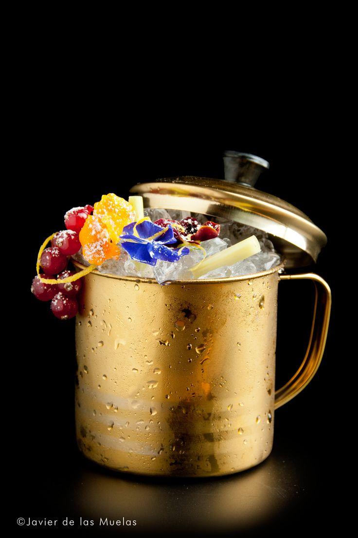 Servimos los ingredientes salvo Cordón Negro en una taza de té china metálica o bien en una copa de cocktail grande. * Añadimos hielo pilé y removemos con una cucharilla de bar. * Servimos Cordón Negro y removemos con suavidad. * Decoramos el cocktail. INGREDIENTES • 1 golpe de Angostura de naranja. • 1 cucharada de sir ope de cerezas Luxardo. • 1 cl Marraschino. • 2 cl de licor de lichi. • 3 cl zumo de arándanos. • 8 cl Cor dón Negro. DECORACIÓN Flores comestibles, frutos rojos y citronela.