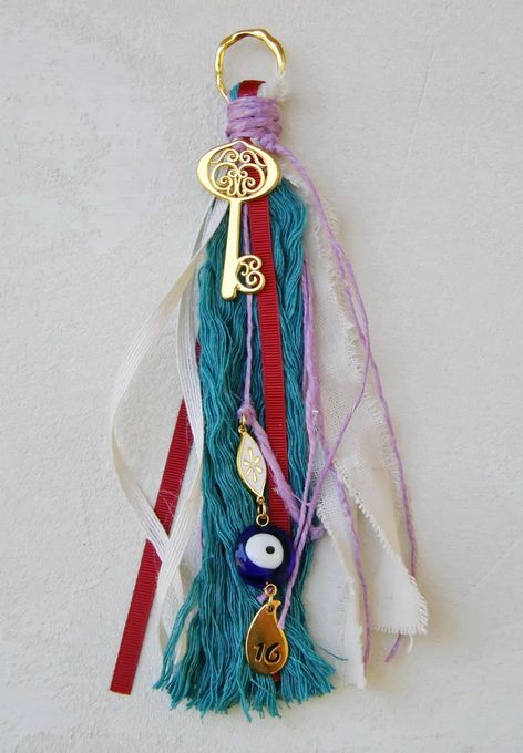 gr602276 {18,60 €} χειροποίητο γούρι με επίχρυσο κλειδί, κορδέλες, νήματα και ματάκι (περ. 23cm)