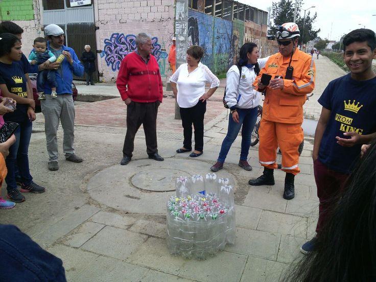 Humedal Torca  Así trabaja Aguas de Bogotá SA ESP.  Se sensibiliza a la comunidad aledaña al canal San Antonio acerca de la importancia de separar en la fuente, el manejo adecuado de residuos, el reciclaje y la reutilizacion de los materiales aprovechables.  Esta jornada se realiza en busca de mitigar el impacto del material de arrastre y residuos solidos que lleguen al humedal y canal Torca.