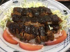こんばんわ()去年10月のの出張で初めて行った名古屋市栄の手打ちうどん屋さん浅田屋さんどうしても食べたかった味噌カツ丼() 丼なのにお皿にのっかってライスが見えません()味噌カツハマりました次の日はちゃんと手打ちきしめん食べました() tags[福岡県]