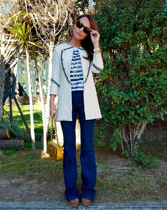 Tras la pista de Paula Echevarría » MILITAR Y PUNTO. Blue and white striped tee+flare jeans+brown boots+white army style knit cardigan+golden chain shoulder bag+sunglasses. Spring Casual Outfit 2017