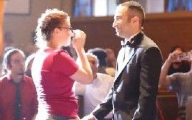 Ragazzo americano organizza un musical per chiedere alla sua ragazza di sposarlo Vi ricordate come avete vissuto la vostra  proposta di matrimonio?Di sicuro questa ragazza non la dimenticherà mai.Il suo fidanzato,un ragazzo americano insegnante di musica ha organizzato uno strepi #flashmob