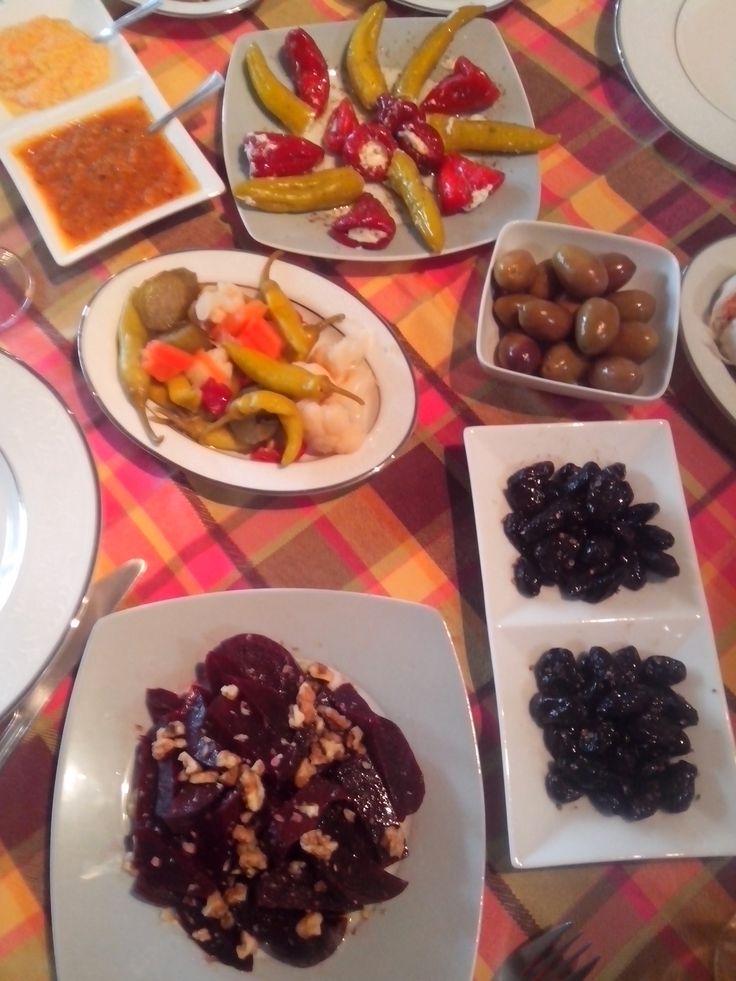 Παντζάρια με λάδι, ξύδι καρύδια και σκόρδο.  Ελιές Θάσου με λάδι λεμόνι και ξερό κόλυανδρο. Πράσινες ελιές Χαλκιδικής.  Διάφορα Τουρσιά και ποικιλία πιπεριών γεμιστών με τυρί φέτα.